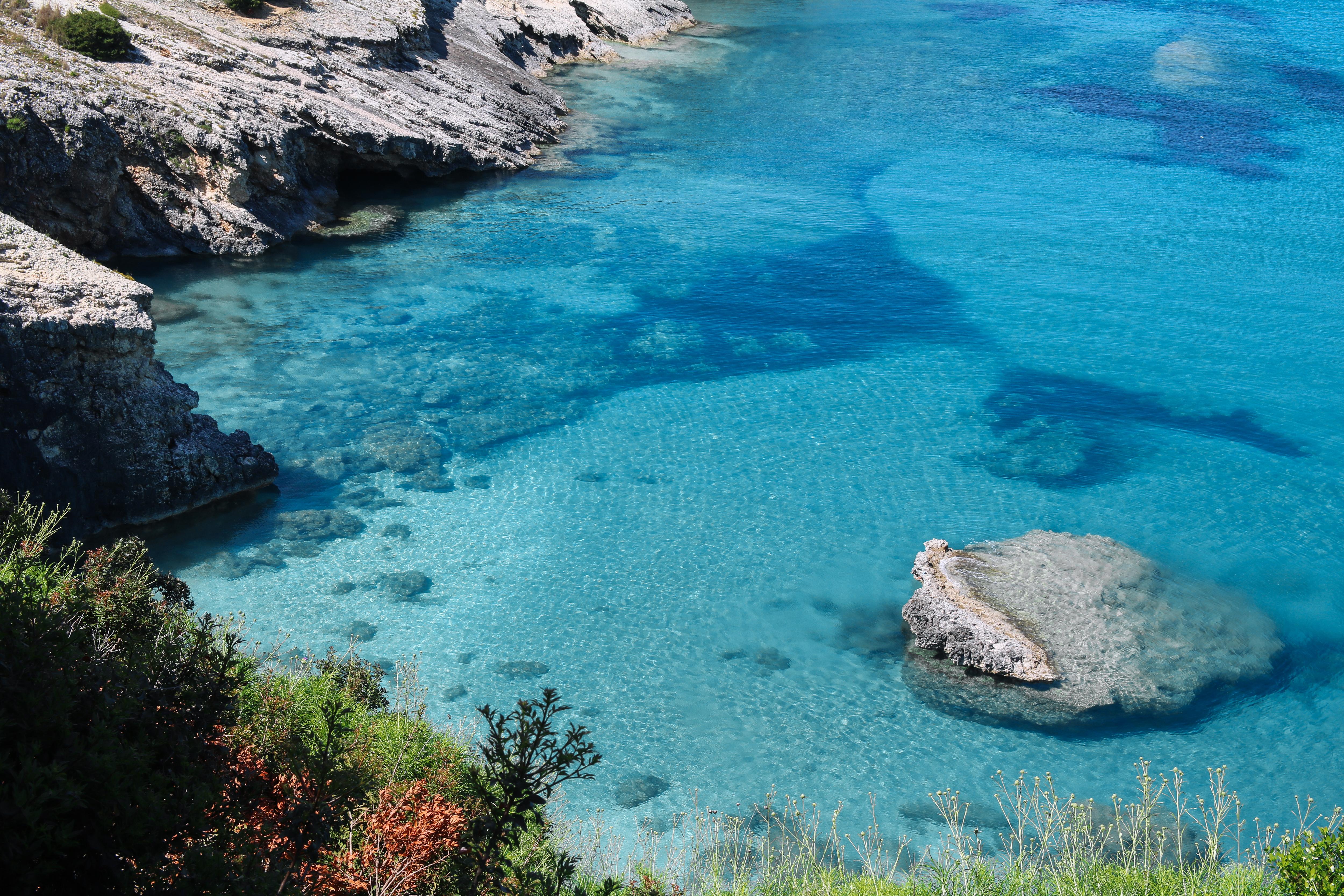 Helder water op het strand in Xigia